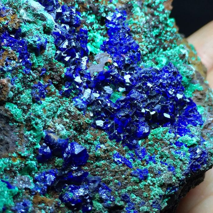 Natural Glittering Azurite Crystals on Malachite Prøve - 9,2 x 8,5 x 7,5 cm. - 431 gm.