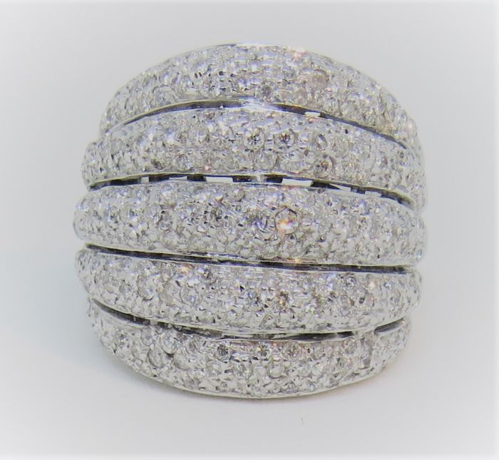 Pavé ring in 18 kt/750 gold Brilliant cut diamonds colour G-H/SI Approx. 300 stones.
