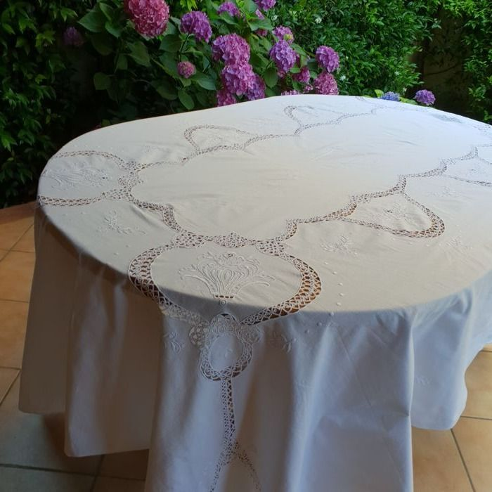 Large rectangular tablecloth with embroidery and lace tatting. Size: 250 x 170