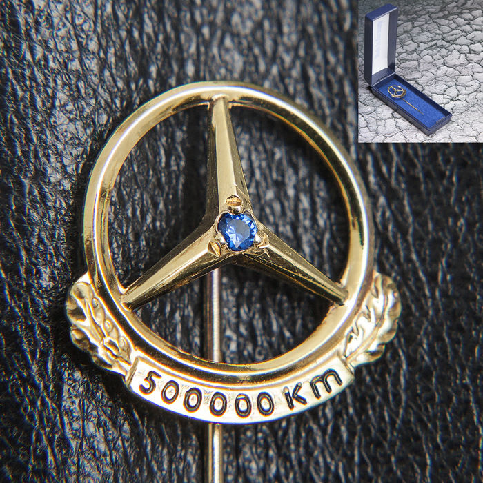 Rare old Logo / Emblem in Polished conditions with box  - Mercedes Benz Daimler Gold Pin 500.000 Km & Box - 1950-1970 - Box, Fan, Figure, Figurine(s), Gemstones, Jewellery, Medal, Pin, Pins, Set, Sign, Silver, Silver miniature, Toy (2) - .835 silver, Gold