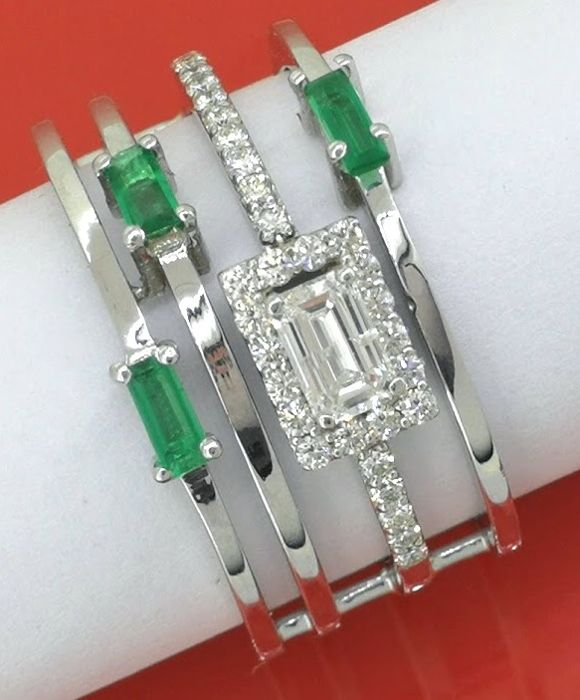14k white gold ring with diamonds & 3 emeralds; Ring size: 54/17.46  mm. Geen minimumprijs
