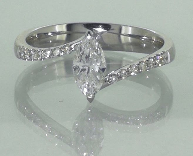 Ring with a marquise cut diamond of 0.55 ct & 14 diamonds, 0.70 ct in total *No reserve price*