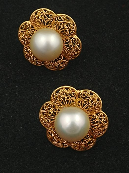 Handmade earrings from the 1950s, in 18 kt gold filigree with Australian pearls