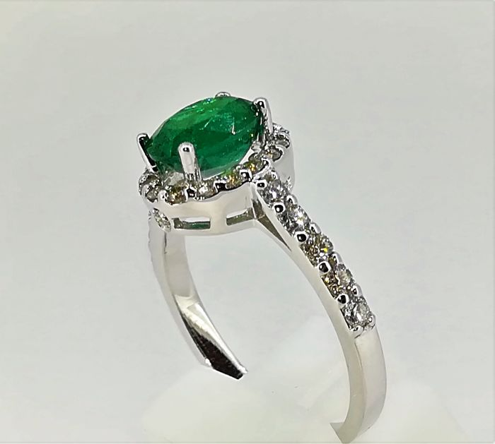 Ring in 18 kt white gold weighing 3.8 g, with a central IGE emerald and G VS diamonds weighing 2.08 ct, size 16