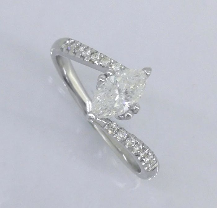 Ring with marquise-cut diamond of 0.60 ct & 14 diamond, 0.75 ct in total ***No reserve price***