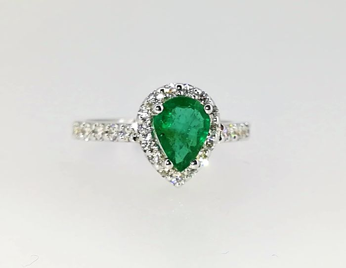 18 kt white gold ring of 4.25 g, emerald and diamonds of 2.2 ct, G VS, No. 17