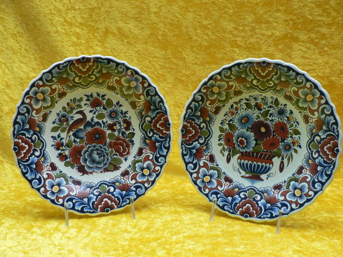 Potterie Oud Delft - Two multicoloured decorative plates