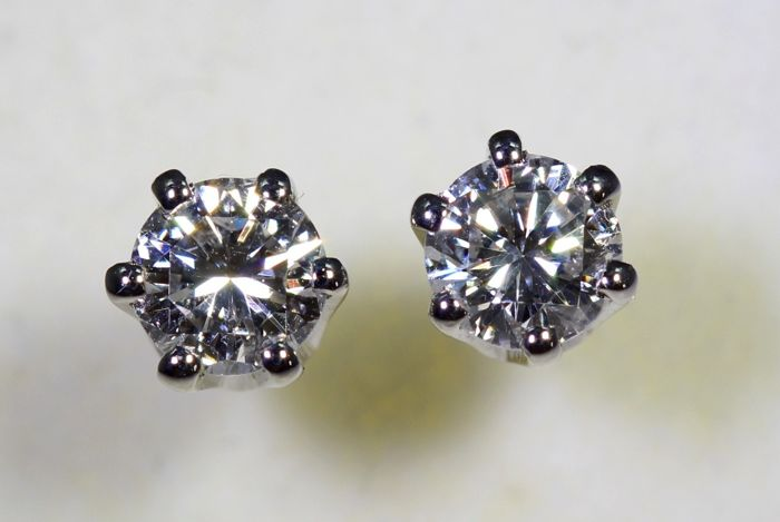 18 kt white gold ear studs with 0.70 ct of diamonds in total