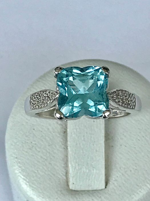 Ring in 18 kt white gold set with a lovely aquamarine of 3 ct and diamonds - size 56/17.8 mm