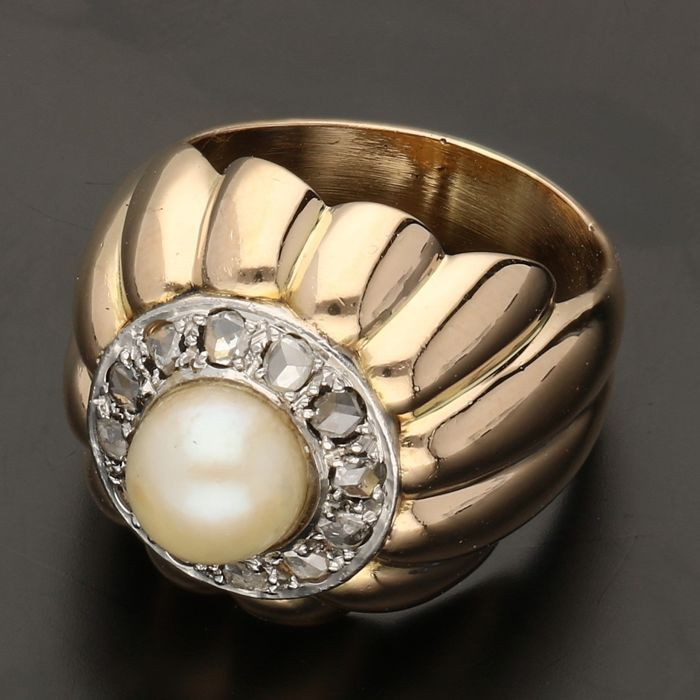 18 kt - Yellow gold ring set with a cultured pearl and 12 rose cut diamonds of approx. 0.12 ct in total in a white gold setting - Ring size: 17.25 mm