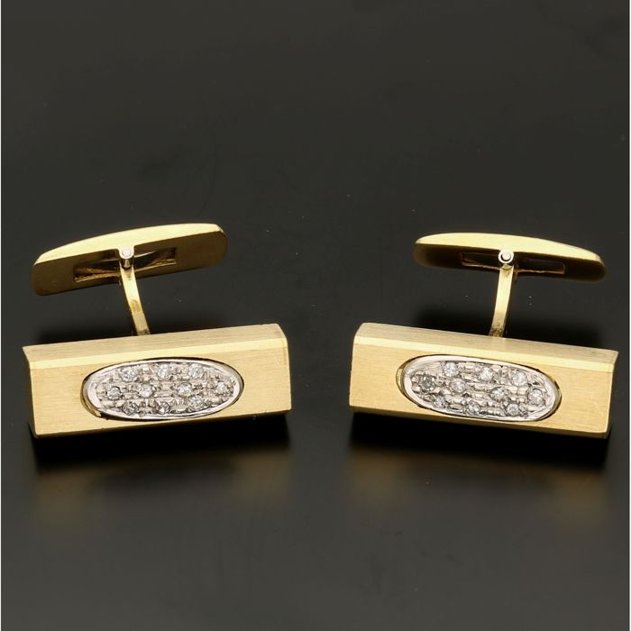 18 kt - Yellow gold cufflinks each set with 10 diamonds of in total approx. 0.10 ct in a white gold setting - Length x Width: 24.5 mm x 7.5 mm