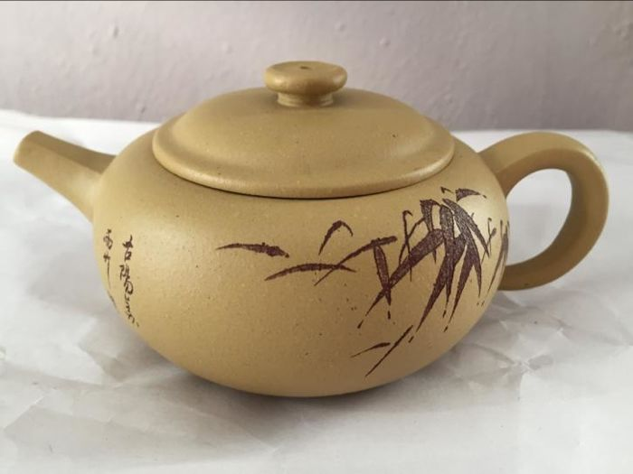 Yixing teapot in yellow clay - China - late 20th, early 21st century