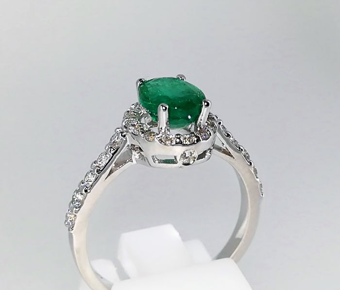 Stunning ring white gold 18 kt 3.9 g top quality emerald and diamonds 2.12 ct G VS - size 16