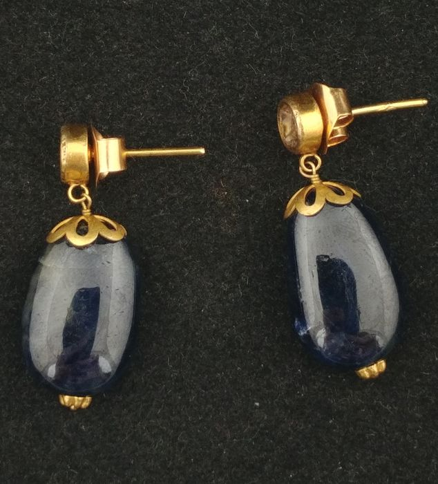 Antique 22 kt gold earrings with diamond rosettes and sapphire pendant - Northern India, first half of the 20th century