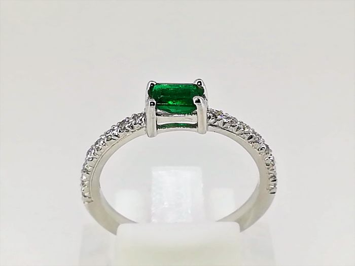 No reserve White gold ring 18 kt 3 g, high-quality setting, top quality emerald and diamonds 1 ct G VS, No. 15
