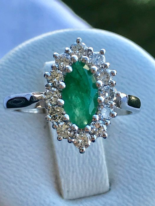 Lovely marquise ring in 18 kt white gold set with an emerald and diamonds od 1.35 ct Top Wesselton