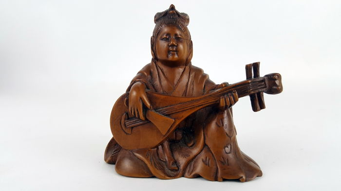 Wooden carving of a seated lady with instrument - Signed 'Seimin to' 清民刀 (Carved by Seimin) - Japan - ca. 1900 (Meiji period)