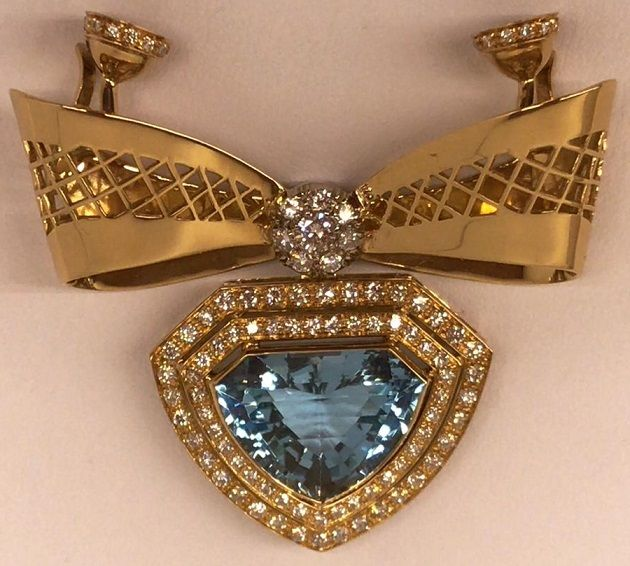 18kt gold pendant for pearl necklace with brilliant cut diamonds and blue topaz