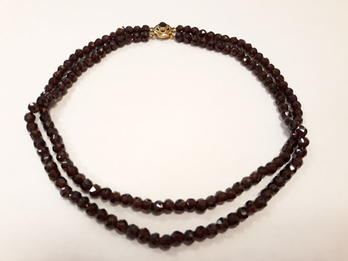 Women's garnet necklace set with a beautiful 14 ct 50s clasp