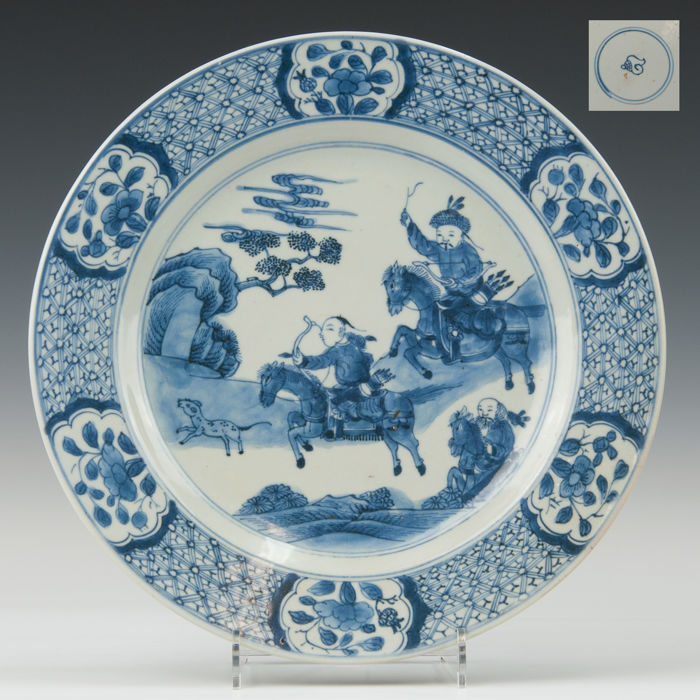 Beautiful blue white porcelain plate, decorated with a fox hunt scene - China - 18th century (marked: shell)