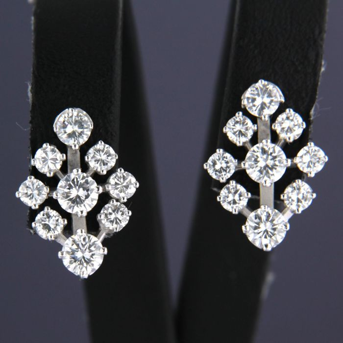 18 kt white gold ear studs set with brilliant cut diamonds of approx. 1.60 ct in total