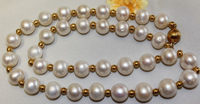 18 kt gold and pearl necklace / very shiny South Sea pearls