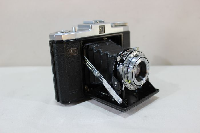 Historic camera - Zeiss Ikon Nettar - functional + leather case