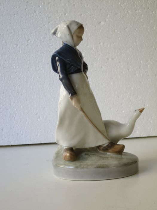 "Royal Copenhagen figurine - Little girl with geese - ""Lille Gåsepige"""