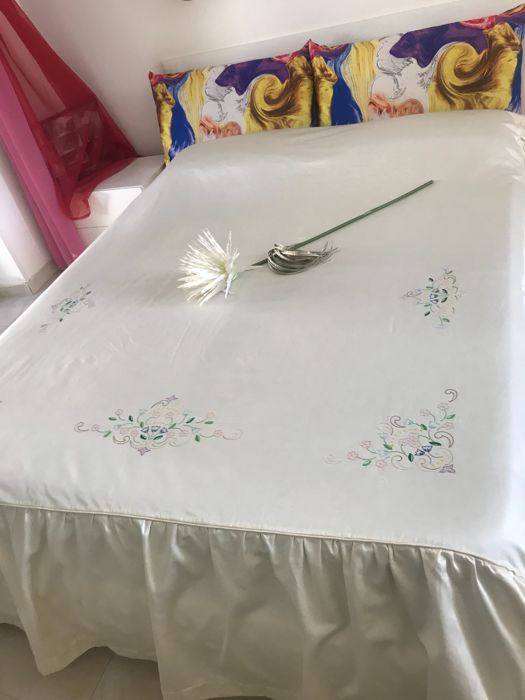 Hand embroidered satin silk bedspread 258 x 252 cm