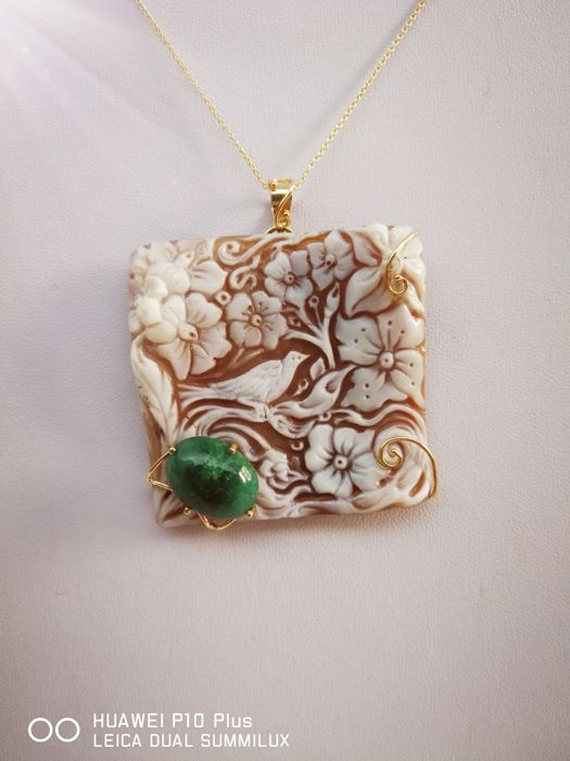 18 kt yellow gold necklace with Torre del Greco cameo and 7.7 ct emerald Necklace length: 45 cm