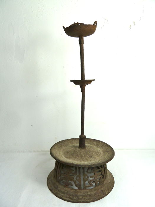 Oil lamp on circular base, Metal (cast iron) - 17th/18th Century - China