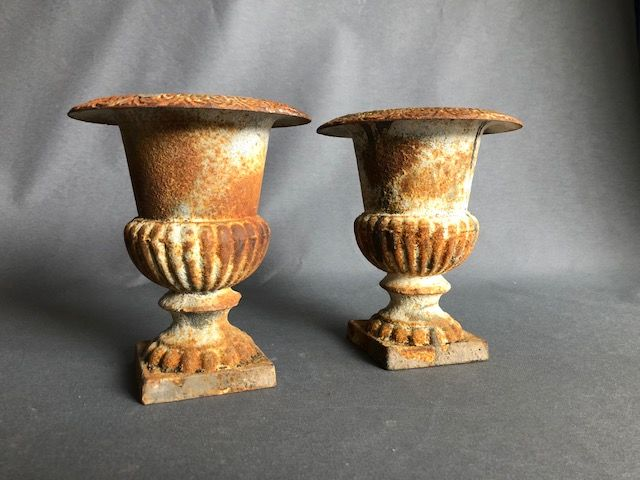 A set of small cast iron garden vases - 22 cm - France - 20th century