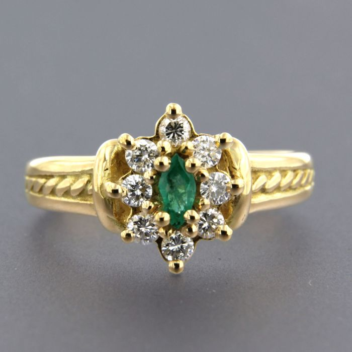 Ring - Gold - Typically treated - 0.40 ct - Emerald and Diamond