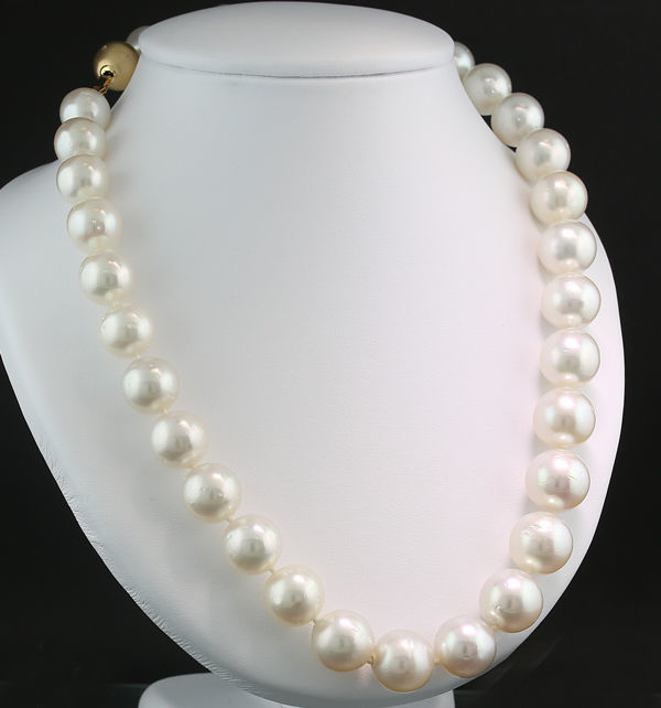 Quality South Sea pearl necklace 12.0-14.2 mm, white to slight rose colours, brilliant clasp in 585 yellow gold ----no reserve---