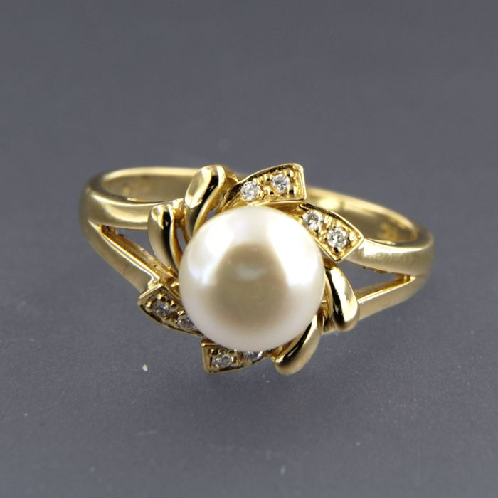 18 kt yellow gold ring set with a salt water cultured pearl and 8 brilliant cut diamonds of in total approx. 0.06 carat