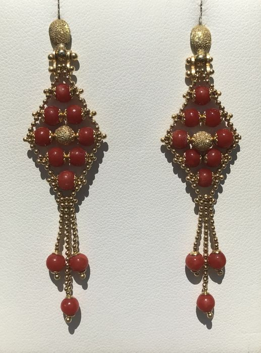Dangle earrings in 18 kt yellow gold and coral