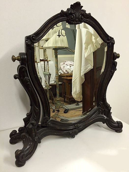 Wooden mirror frame with classical engraved shapes, 1900 ca.