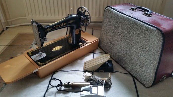 Intact SINGER sewing machine, ca. 1920 - 1930 with CHENEY cover, lighting, foot pedal and power supply - table model