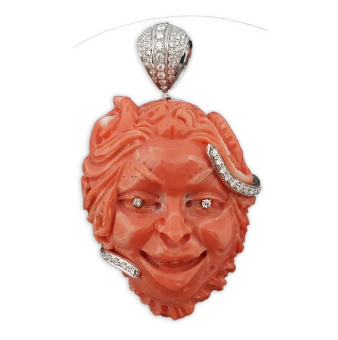 "Salmon coral pendant depicting the ""face of the satyr"" with an 18 kt white gold frame and diamonds (approx. 0.69 ct), colour G/F, clarity VS - Italy - 20th century"