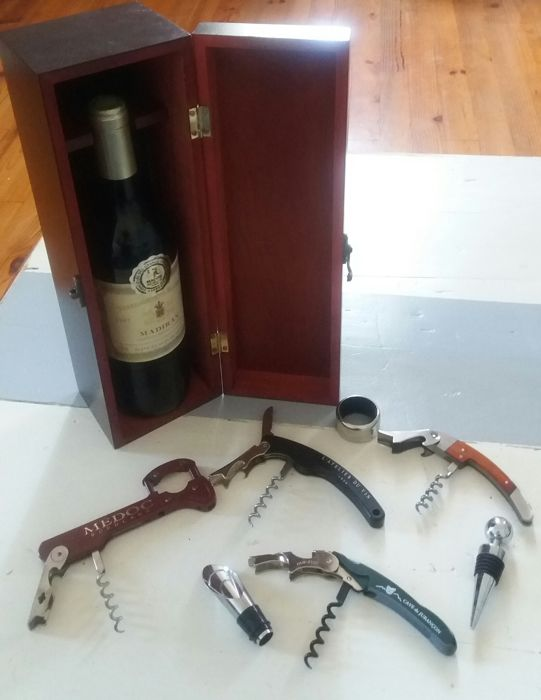 Nice lot of accessories for the wine - four sommelier knives with various functions, a chrome metal stopper, a chromed spout and a anti drop collar