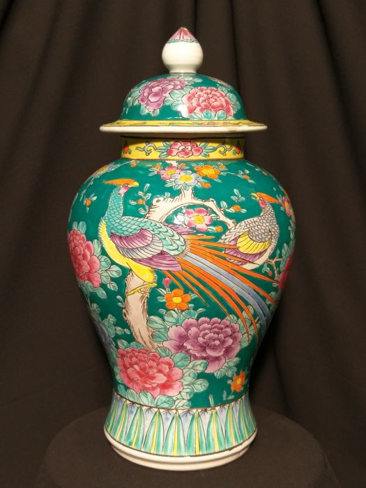 Lidded vase enameled with birds, Chinese style - Japan - Second half 20th century