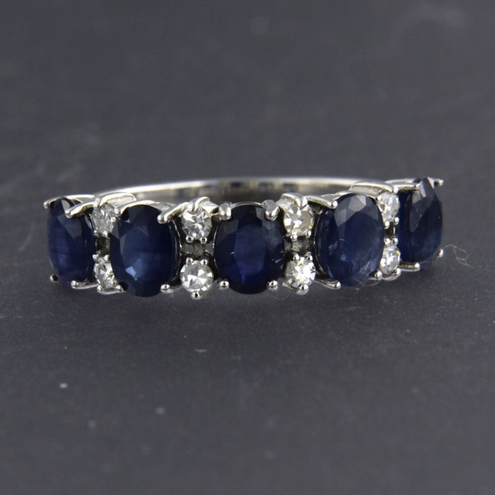 - no reserve price - 14 kt white gold ring set with sapphire approx. 2.30 carat in total and diamond approx. 0.20 carat in total