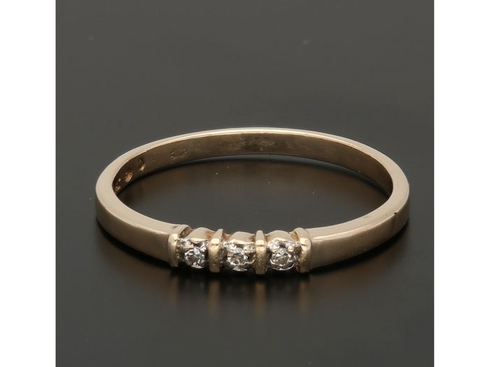14 kt - Yellow gold ring set with 3 diamonds of approx. 0.015 ct in total in a white gold setting - Ring size: 17.5 mm