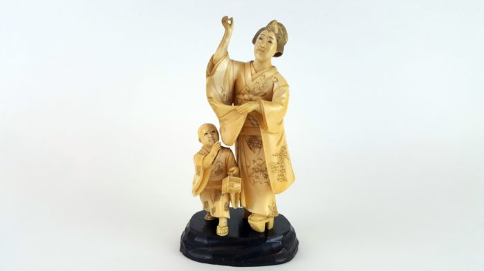 Carved ivory Okimono, as mother and child - Japan - ca. 1890-'s (Meiji period)