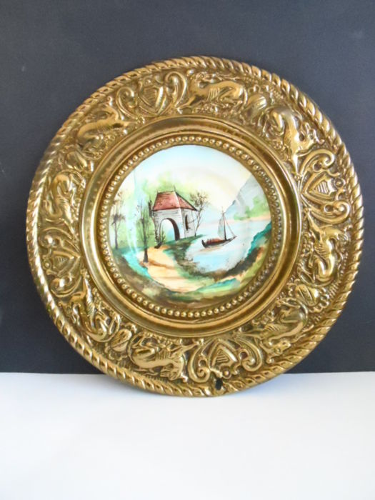 Faïencerie de Gien - Nice plate in a wide, brass, decorated frame