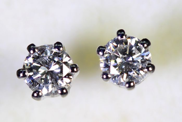 *NO RESERVE PRICE* 18 kt white gold ear studs with 0.60 ct of diamonds in total