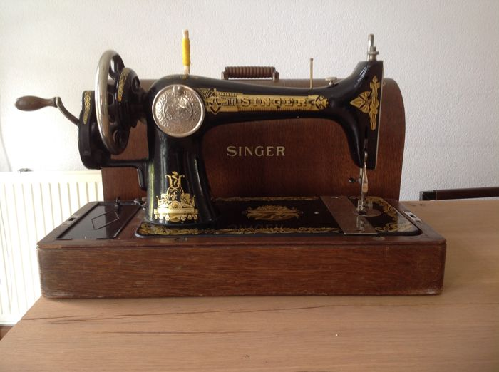 A decorative Singer sewing machine In excellent nice condition - type: 127 K - produced around 1925.