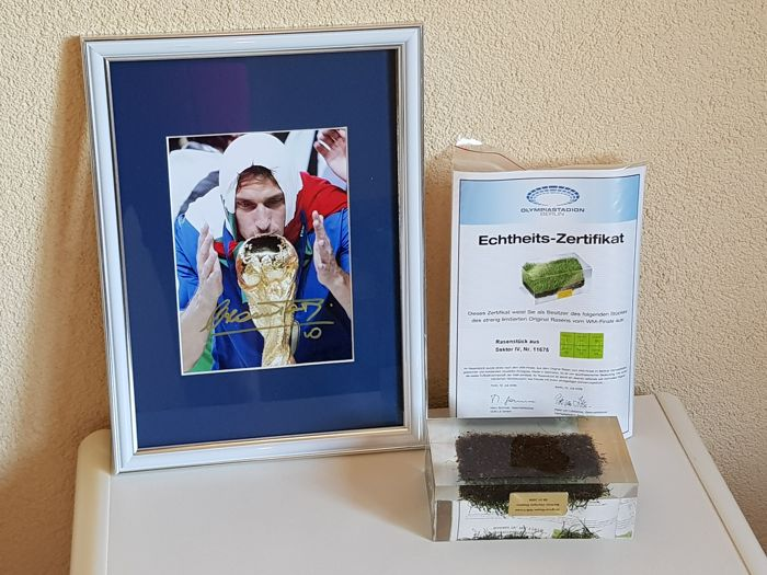 Final WC 2006 Italy - France - original piece of grass in acrylic + hand signed framed photo by Francesco Totti Italy 2006 + COA