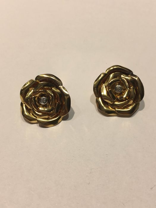 Pair of 18 kt gold earrings and 2 rose-shaped diamonds