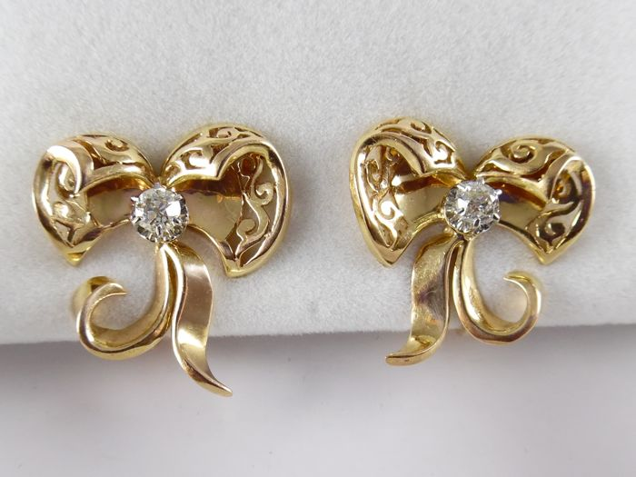 18 kt gold bow earrings set with 2 Bolshevik cut diamonds, in platinum, 0.40 ct in total